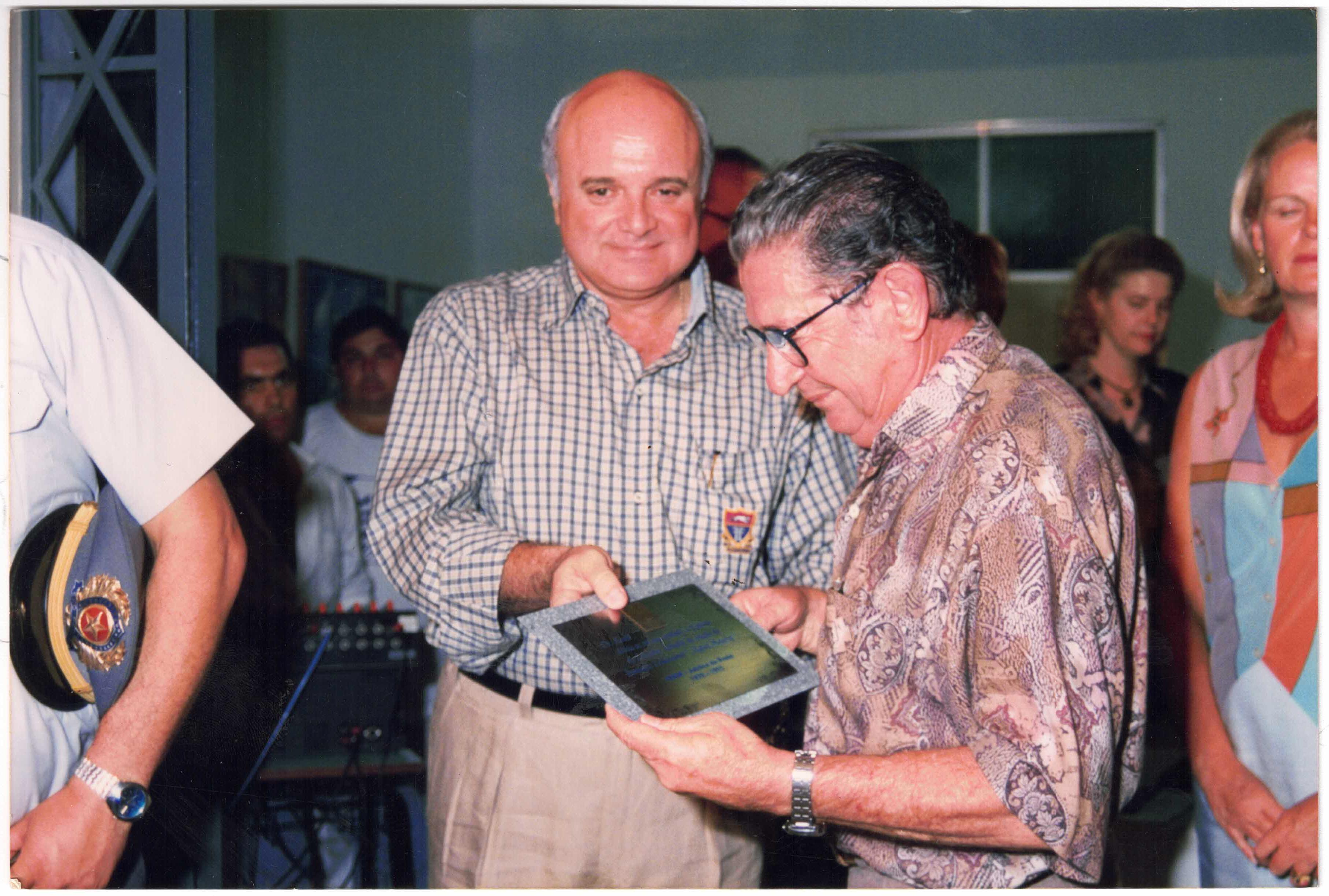 Dr. Roald sendo homenageado pelo então presidente da FEMM Nildo Ferrari